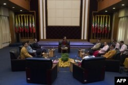FILE - Myanmar's State Counselor Aung San Suu Kyi (C) holds talks with leaders from the United Nationalities Federal Council (UNFC) at the National Reconciliation and Peace Centre (NRPC) in Yangon, July 17, 2016.