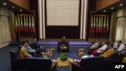 La chef de file du gouvernement birman Aung San Suu Kyi (au centre) tient une réunion au centre national de la paix et de la réconciliation à Yangon, le 17 juillet 2016.