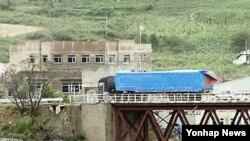 지난해 9월 중국 지린성 훈춘 시의 취안허 세관을 통과한 차량이 두만강 위에 놓인 다리를 건너, 북한 원정리 세관으로 향하고 있다.