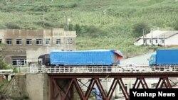 지난 2012년 중국 지린성 훈춘 시의 취안허 세관을 통과한 차량들이 두만강 위에 놓인 다리를 건너 북한 쪽으로 가고 있다. (자료사진)