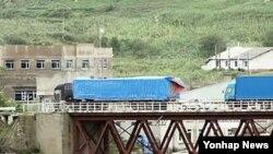 지난해 9월 중국 지린성 훈춘 시의 취안허 세관을 통과한 차량들이 두만강 위에 놓인 다리를 건너고 있다. (자료사진)