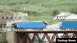 지난 2012년 9월 중국 지린성 훈춘 시의 취안허 세관을 통과한 차량들이 두만강 위에 놓인 다리를 건너 북한 원정리세관 쪽으로 향하고 있다. (자료사진)