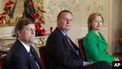 مائیکل مک فال (بائیں ہاتھ سے پہلے) جنرل (ر) جِم جونز اور ہلری کلنٹن کے ہمراہ