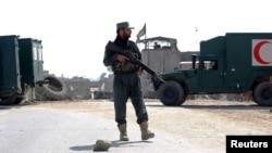 아프가니스탄 잘랄라바드의 건설 현장에서 자살폭탄 공격이 발생한후 아프간 경찰이 5일 사고 현장 인근에서 보초를 서고 있다.