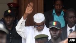 Mokonzi ya kala ya Tchad Hissène Habré na bosambisami bwa ye na Dakar, Sénégal, le 2 juillet 2013.
