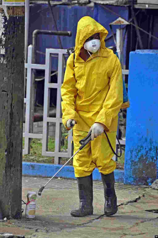 Radnik gradske službe u Monroviji prska ulicu sredstvom za dezinfekciju kako bi se sprečilo dalje širenje smrtonosne ebole u liberijskoj prestonici.