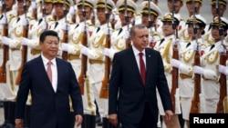 Tổng thống Thổ Nhĩ Kỳ Tayyip Erdogan và Chủ tịch Trung Quốc Tập Cận Bình duyệt hàng quân danh dự tại Đại Sảnh đường Nhân dân ở Bắc Kinh, ngày 29/7/2015.