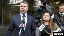 Hai luật sư Michael Arnold (trái) và Lissa Casey, đại diện cho ông Ammon Bundy, phát biểu trước báo giới ở Oregon ngày 27/1/2016.