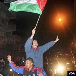 Warga Palestina di Jalur Gaza merayakan mundurnya Mubarak (11/2) dengan menyebutnya sebagai awal revolusi Mesir.