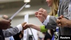 Các nhân viên tuyển người cho công ty nói chuyện với người tìm việc, tại một hội chợ việc làm ở Washington, nhằm tuyển dụng các cựu chiến binh