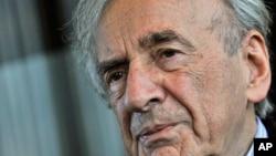 ທ່ານ Elie Wiesel, ຮູບຖ່າຍໃນລະຫວ່າງການສຳພາດໃນເດືອນ ທັນວາ, 2009.