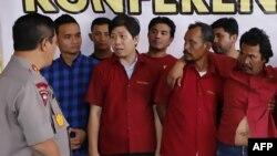 Kapolda Sumut Irjen Pol Agus Andrianto (kiri) menanyai para tersangka pembunuhan aktivis, termasuk pengusaha kelapa sawit yang diduga mendalangi pembunuhan itu, di Medan, Sumatra Utara, 8 November 2019. (Foto: AFP)