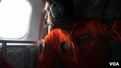 Экипаж самолета индонезийских ВВС ведет визуальный поиск обломков самолета авиакомпании AirAsia (архивное фото)