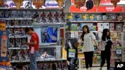 ماہرین کے مطابق اس تجارتی تنازع کا سب سے زیادہ نقصان عام صارفین کو پہنچ رہا ہے۔