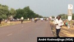 Les étudiants tchadiens face à la police à N'Djamena, Tchad, 27 septembre 2018. (VOA/ André Kodmadjingar)