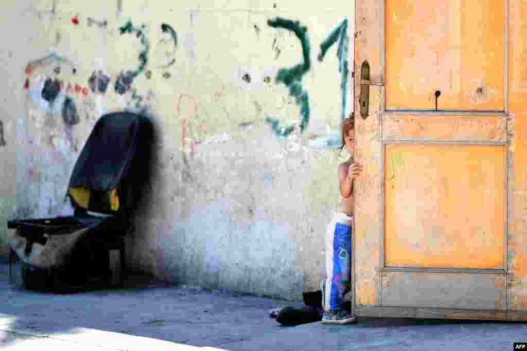 កុមារីម្នាក់នៃសហគមន៍ Roma ត្រូវបានថតជាប់នៅក្នុងជំរំ Roma ហៅ«ភូមិទន្លេ» គ្រប់គ្រងដោយសមាគម Onlus Isola Verde ក្នុងទីក្រុងរ៉ូម ប្រទេសអ៊ីតាលី។