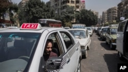 Un chauffeur de taxi à Gizeh, au Caire, en Égypte, le 4 septembre 2014.
