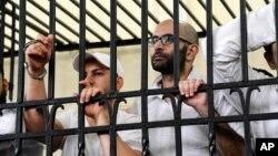 Mahmoud Hassan Ramadan Abdel-Nabi (phải) bị tuyên án tử hình vì tội giết người, gây náo loạn và bạo lực, trong phiên xử cấp tốc ở Ai Cập, 19/5/2014.