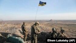 지난 11일 우크라이나 동부 코라호에 외곽 전방에 우크라이나 정부군이 보초를 서고 있다.