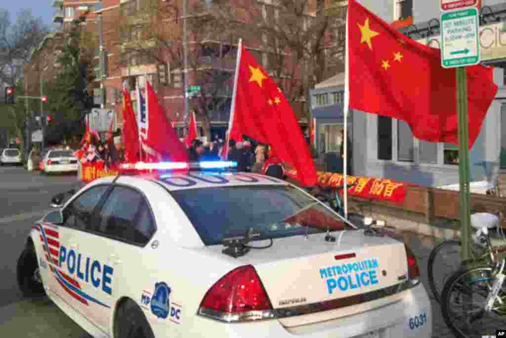 在胡锦涛下榻的酒店外的警车与欢迎队伍