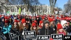 数以千计的反堕胎人士在华盛顿大草坪示威