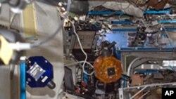 宇航员在国际空间站