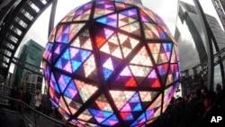 Kristalna kugla na Tajms skveru 31. decembra 2016.