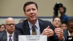Giám đốc FBI James Comey làm chứng tại Điện Capitol ở Washington, ngày 7 tháng 7 năm 2016, trước Ủy ban Giám sát Hạ viện để biện hộ cho quyết định không khởi tố bà Hillary Clinton.