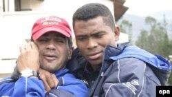 Le coordinateur de football de l'équipe de l'Equateur Vinicio Luna, à gauche, s'affiche avec le joueur équatorien Ivan Hurtado lors d'une séance d'entrainement à Quito, en Equateur, 28 mai 2004. epa/ CECILIA PUEBLA