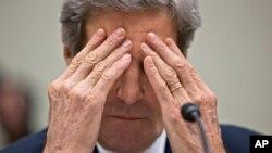 El secretario Kerry se frota los ojos mientras testifica en el Capitolio sobre las sanciones a Irán.
