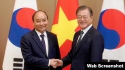 Tổng thống Hàn Quốc Moon Jae-in tiếp Thủ tướng Việt Nam Nguyễn Xuân Phúc hôm 27/11/2019 tại Seoul. Photo TTXVN.