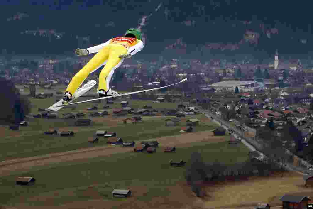 ជនជាតិស្លូវ៉ានីលោក Peter Prevec ហោះលើអាកាសជាមួយស្គីនៅអំឡុងពេលលោតសាកល្បងនៅដំណាក់កាលទីពីរនៃកម្មវិធីប្រកួតប្រជែងលោតដោយជិះស្គី Four Hills Ski Jumping នៅក្រុង Garmisch-Partenkirchen ប្រទេសអាល្លឺម៉ង់។