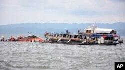 2일 필리핀 해안경비정이 전복된 여객선의 탑승객들을 구조하고 있다.