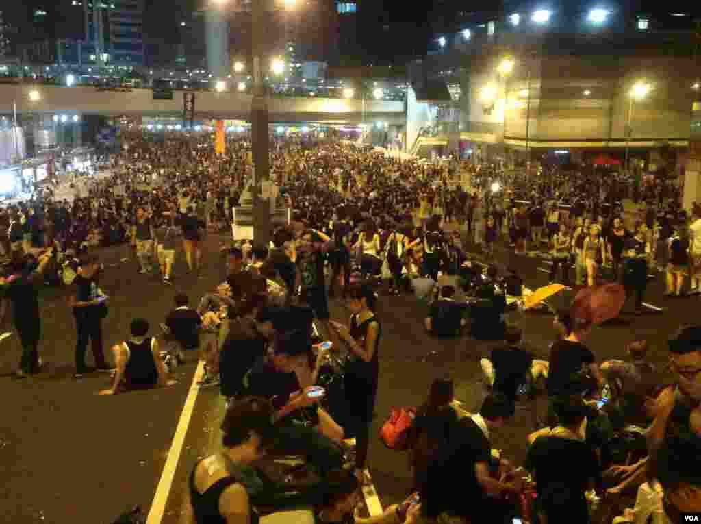 香港爭真普選全民抗爭星期二進入第3天(美國之音圖片/海彥拍攝)