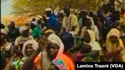 Des hommes et femmes d'Arbinda rencontrent une délégation du gouvernement, au Burkina Faso, le 4 avril 2019. (VOA/Lamine Traoré)