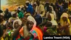 Des hommes et femmes d'Arbinda rencontrent une délégation du gouvernement, Burkina Faso, le 4 avril 2019. (VOA/Lamine Traoré)