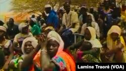 Des hommes et femmes de Arbinda en rencontre avec une délégation du gouvernement, au Burkina Faso, le 4 avril 2019. (VOA/Lamine Traoré)