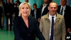 Líder de la extrema derecha y candidato a la elección presidencial francesa de 2017 Marine Le Pen, deposita su voto para la primera vuelta de las elecciones presidenciales, en el norte de Francia, el domingo 23 de abril de 2017.