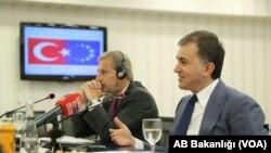 Johannes Hahn, Komisaris Negosiasi Kebijakan dan Pembesaran Luar Negeri Eropa (kiri) dan Menteri Urusan Uni Eropa Turki, Omer Celik (Foto: dok).
