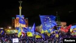 Warga menggelar aksi demo mendukung intergrasi Uni Eropa di Kiev, Ukraina (2/12).
