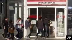 Warga Spanyol antri untuk melapor di kantor pendaftaran warga yang kehilangan pekerjaan/menganggur di Madrid (Foto: dok). Angka pengangguran di negara yang mengalami krisis ekonomi ini telah mencapai lima juta orang bulan Februari 2013.