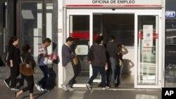Dân chúng xếp hàng bên ngoài một văn phòng đăng ký thất nghiệp ở Madrid, Tây Ban Nha