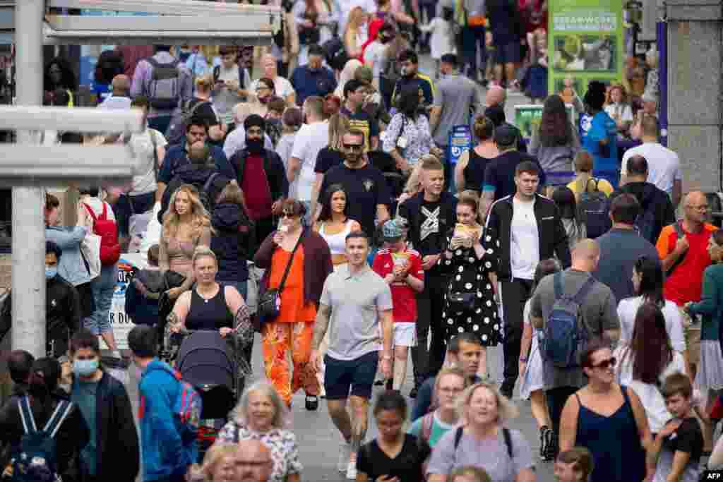 영국에서 코로나 신규 감염자 수가 줄면서 사람들이 런던의 거리로 나오고 있다.