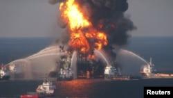 Пожарные корабли ведут борьбу с огнем на буровой платформе Deepwater Horizon. Мексиканский залив, 21 апреля 2010 года