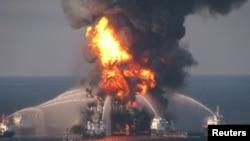 Lực lượng cứu hộ nỗ lực dập tắt đám cháy trên giàn khoan dầu Deepwater Horizon, 21/4/2010.