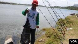 Suyanto pemancing yang paham betul sungai berubah dalam 20 tahun terakhir. (foto:VOA/Nurhadi)