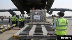 Bantuan peralatan untuk perawatan COVID-19 dari AS tiba di bandara Indira Gandhi, New Delhi (30/4).