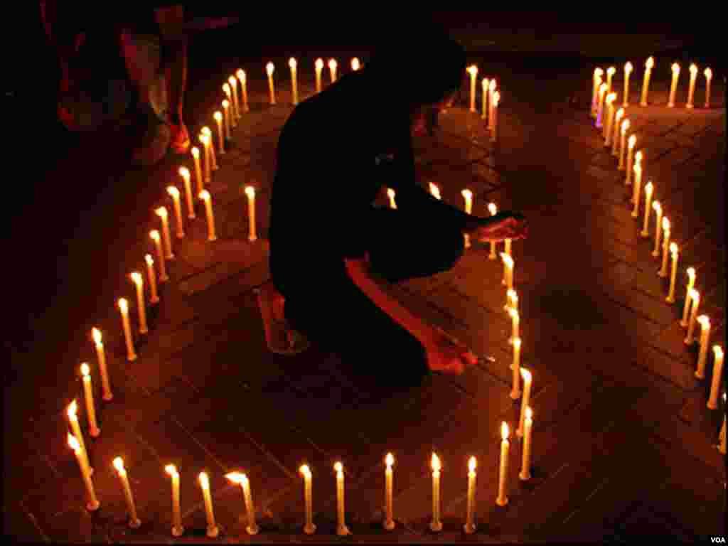 کراچی میں ارتھ آور کی تقریب مین موم بتیاں روشن کی گئیں