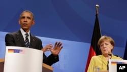 Prezidan Barack Obama pandan li tap bay yon konferans pou laprès, dimanch 24 avril 2016 la, ak chanselye Almay la, Angela Merkel (adwat), aprè yo te fin fè kèk chita-tande a 2.