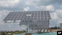 中国积极发展太阳能,图为云南省的太阳能板方阵